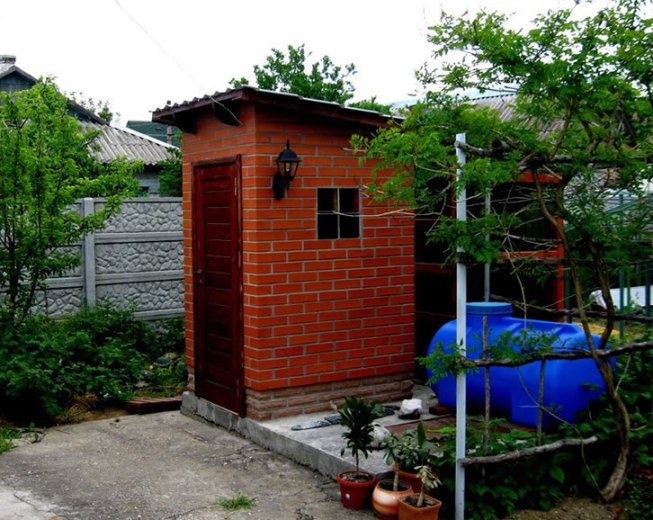 Туалет во дворе частного дома